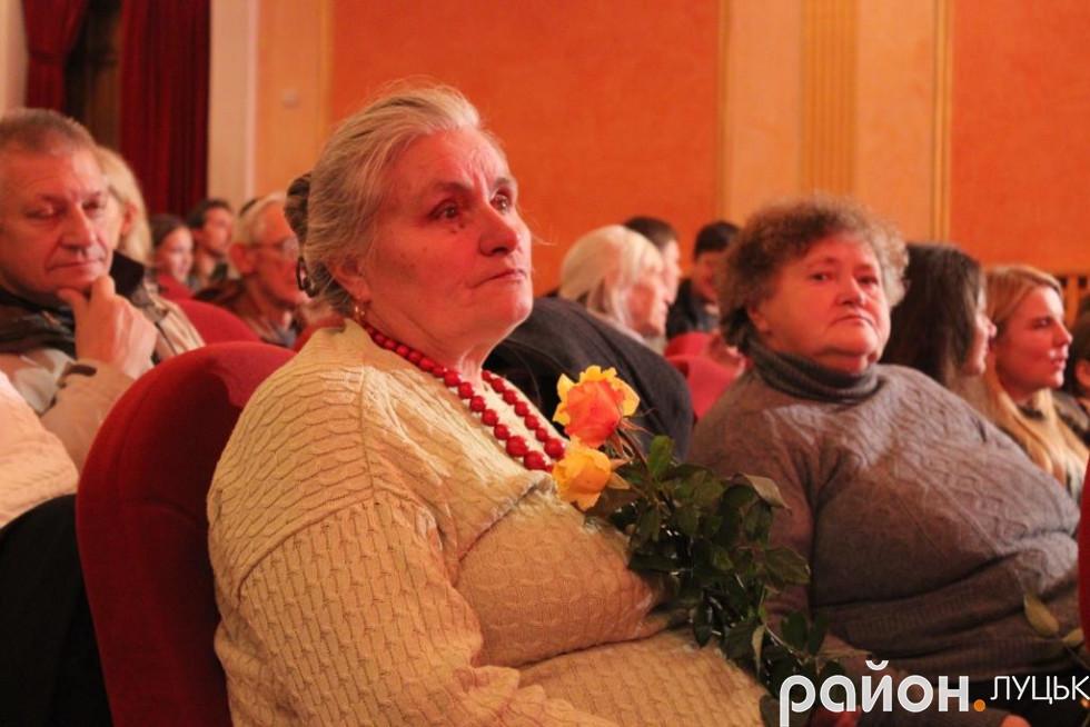 У залі сиділа публіка різного віку