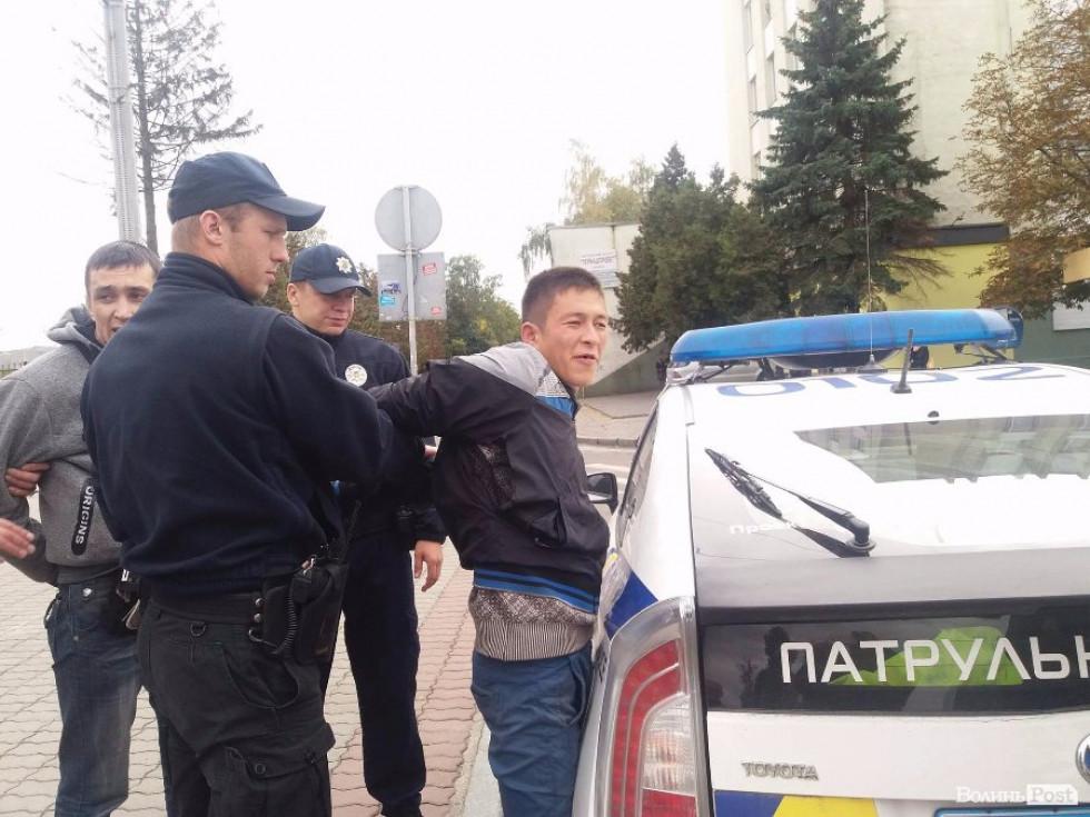 Поліцейські «упаковують» неадекватів