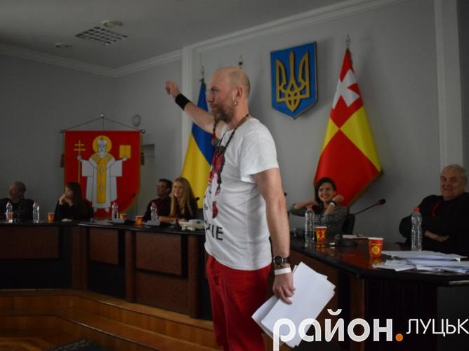 Естонець Юрген Русте зачитив саркастичну поезію про Гітлера