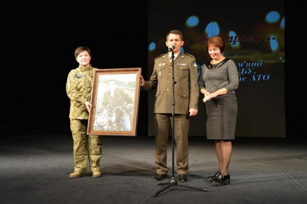 Ректор Академії Сергій Кудінов вручив Ользі Мандзик, матері капітана, портрет Віктора