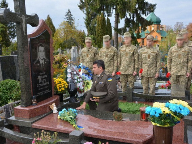 На могилі Героя