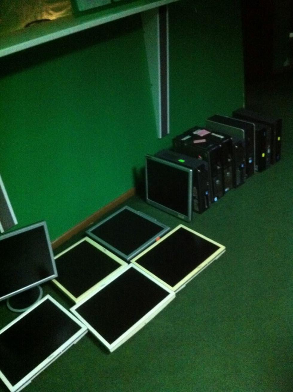Під час обшуків працівники поліції вилучили 75 одиниць комп'ютерної техніки та додаткове обладнання