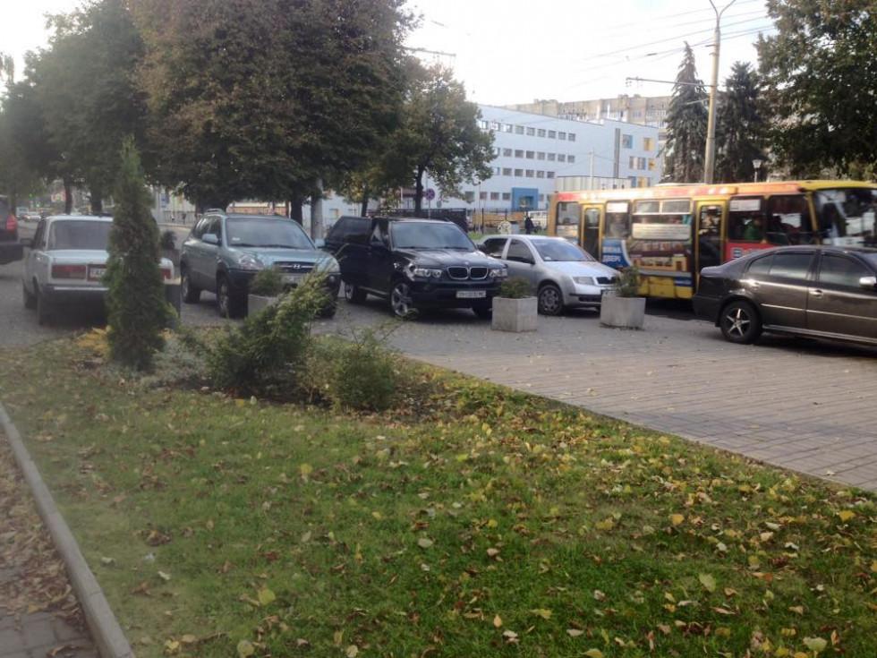 Автомобілі перегородили рух пішоходам
