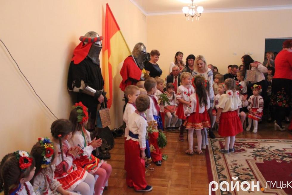 Дівчата вручили подарунки захисникам України