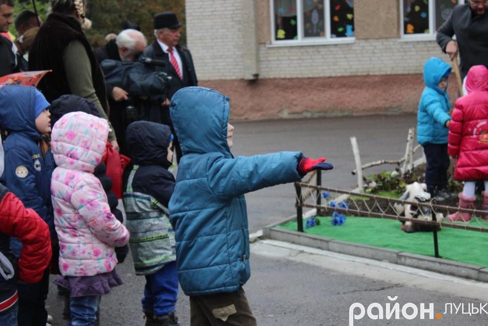 Учасники заходу висадили 14 саджанців калини у дворі ДНЗ – як символ миру, якого ми прагнемо