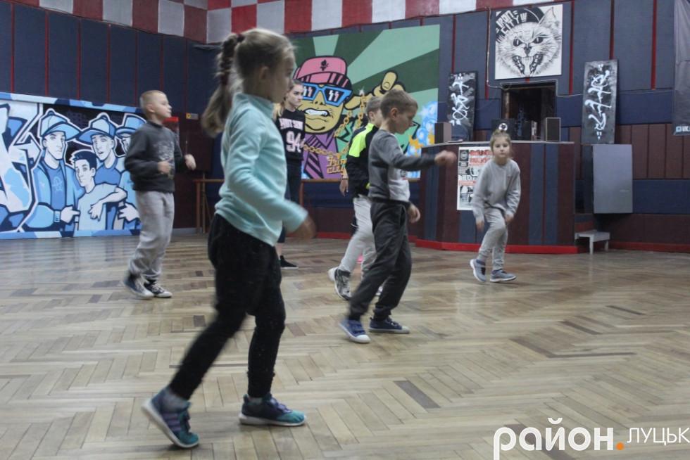 Вчитись танцювати зібрались 10-15 дітей