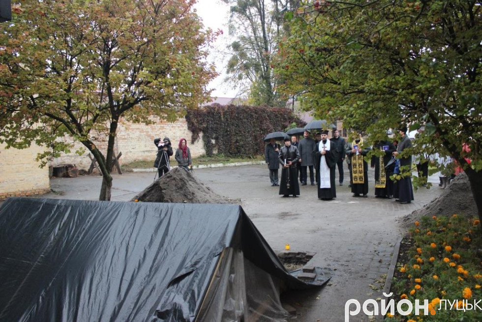 Над місцем спочинку в'язнів протягнули плівку, що ховала могилу від дощу
