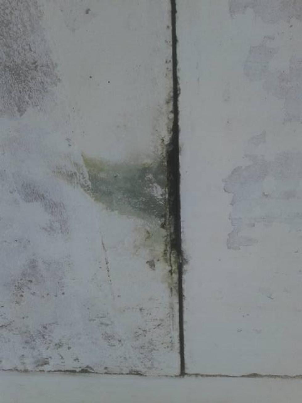 Між бетонними блоками - тріщини