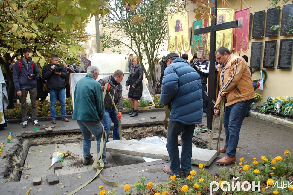 Закривають могилу цементованими плитами