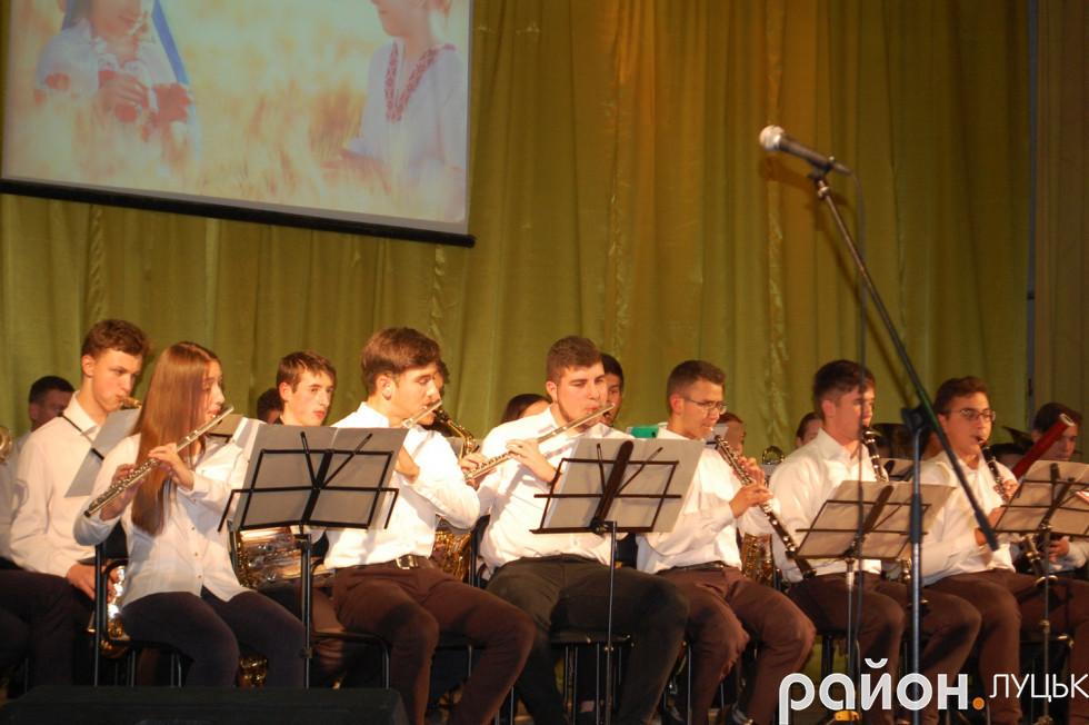Учасники духового оркестру