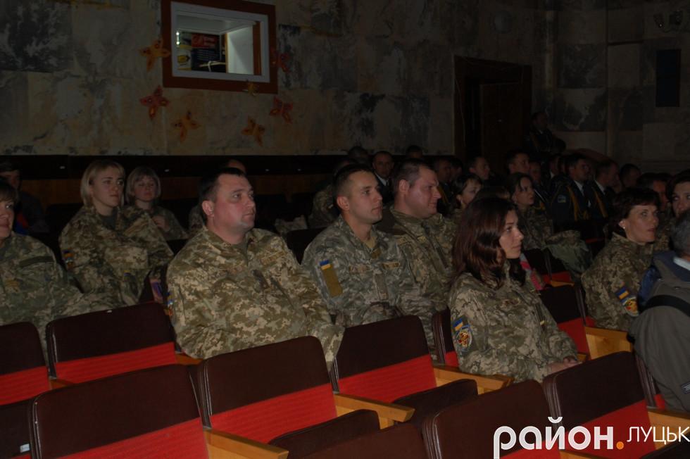 Глядачі, які прийшли подивитися святковий концерт