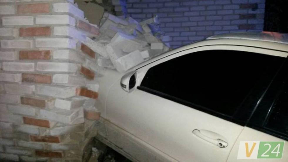 Стіна будинку просто розсипалася під натиском «Мерседеса»