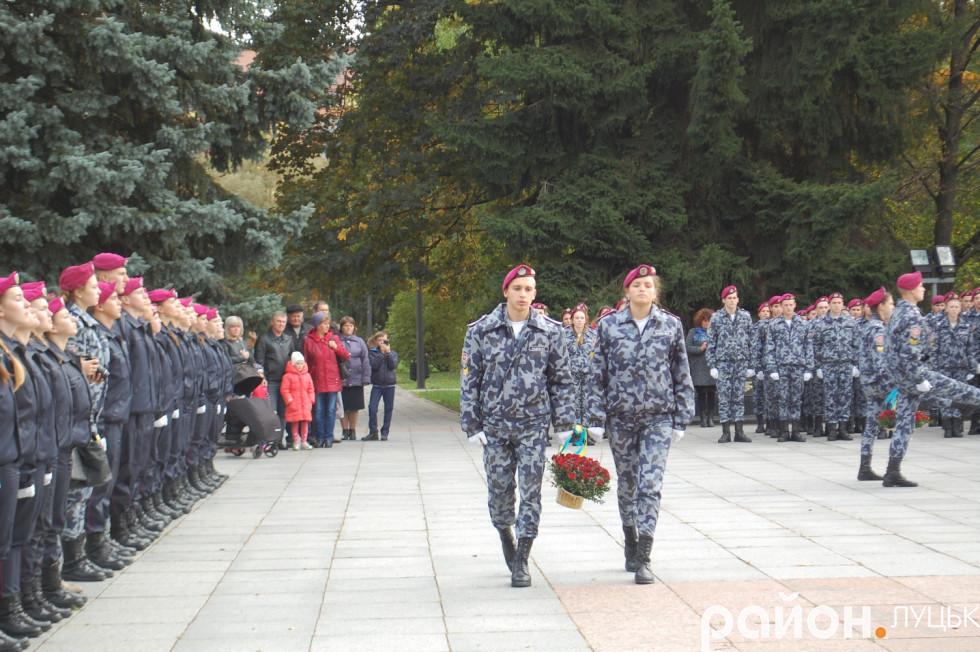 Покладають квіти до стели пам'яті воїнам