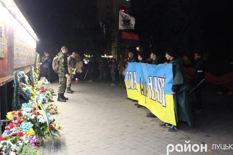 Зупинялися біля пам'ятника Тарасу Шевченку та біля стели Героям Небесної сотні та АТО
