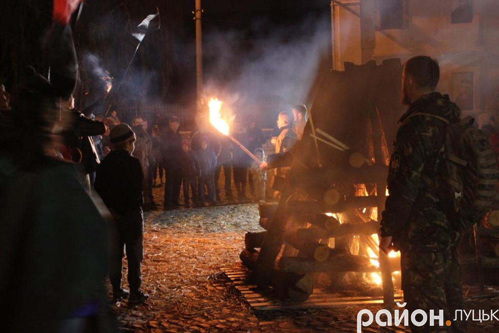 Біля замку на учасників чекала ватра та гарячий чай із печивом