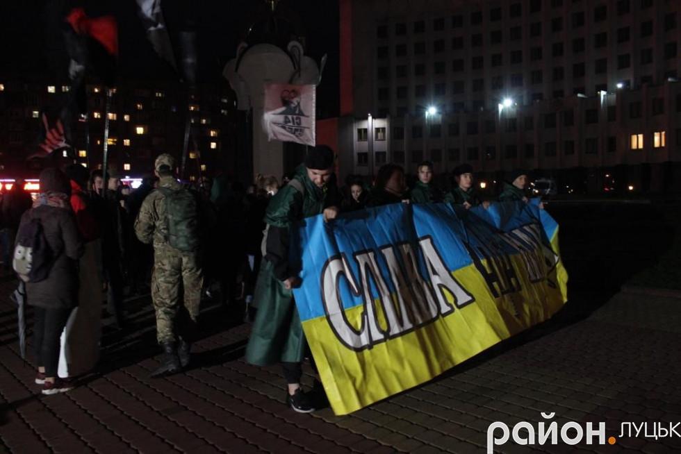 Близько сотні учасників ходи скандували «Героям слава» та «Бандера – наш герой, Покрова – наше свято»