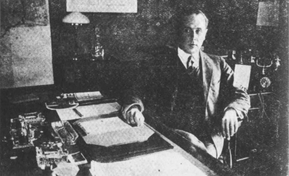 Волинський воєвода Генрик Юзевський в своєму кабінеті в Луцьку. 1929 р.