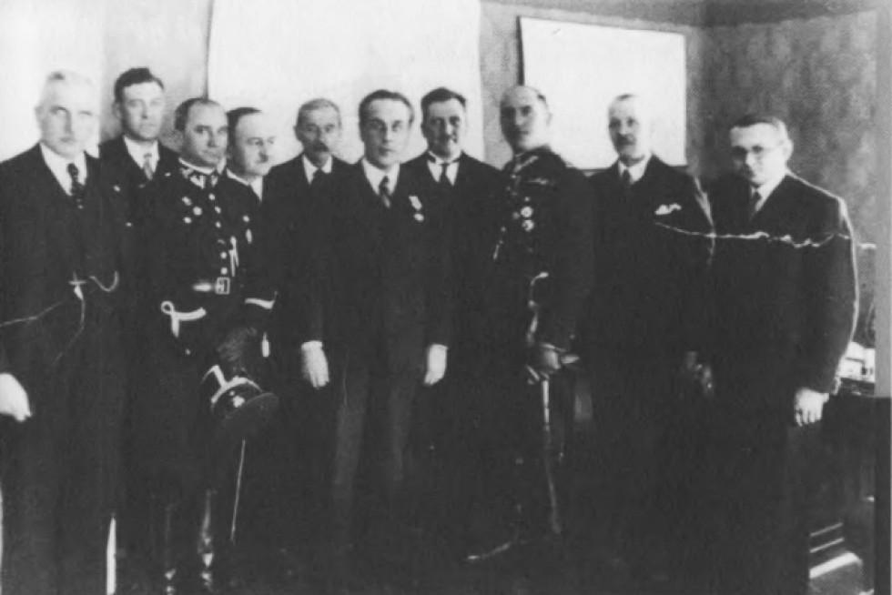 Працівники Волинського воєводства. Юзевський, п'ятий з правої сторони. Луцьк, 1932 р.