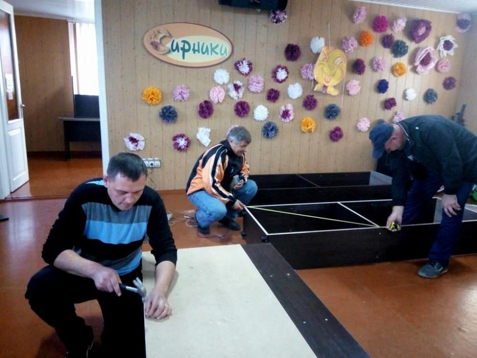 Батьки складають нові меблі у клубі