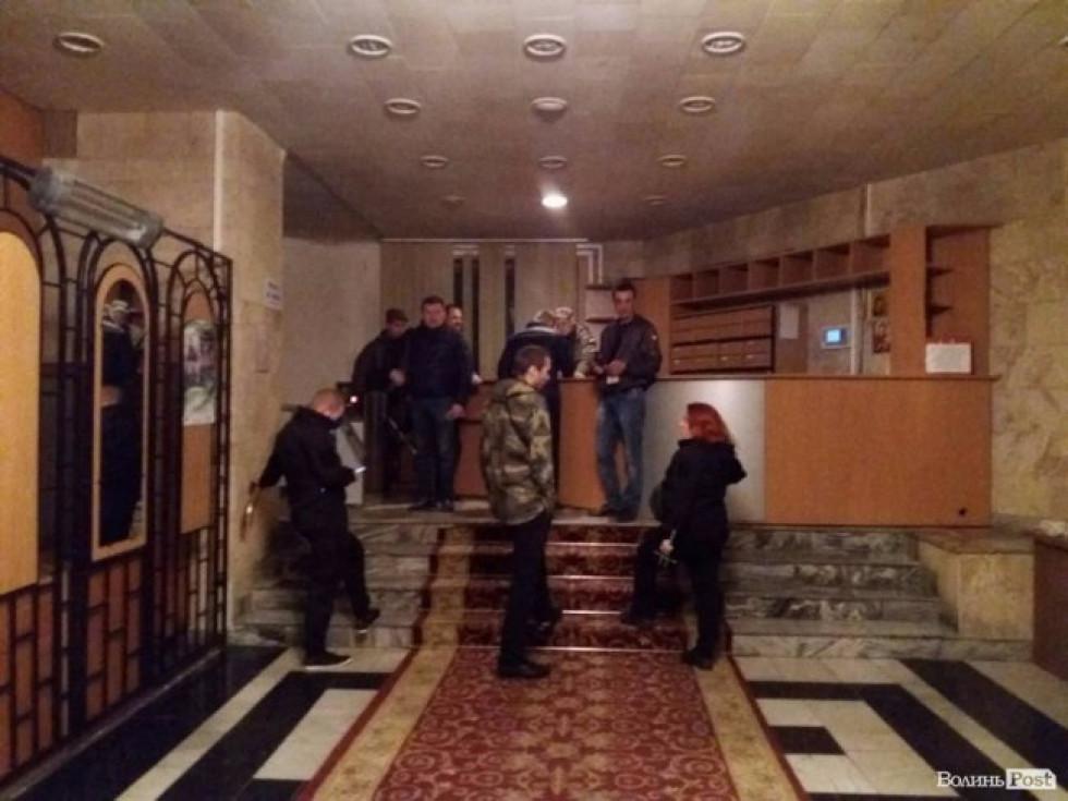 Активісти  очікують прибуття депутатів та керівників області
