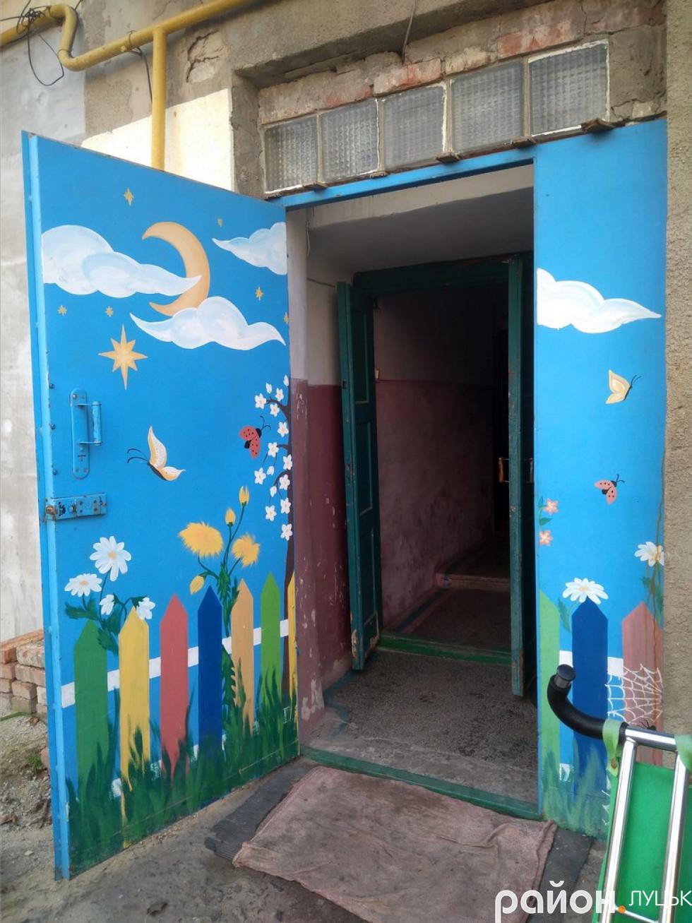 Вхідні двері до дванадцятого будинку, які власноруч розмалювали мешканці