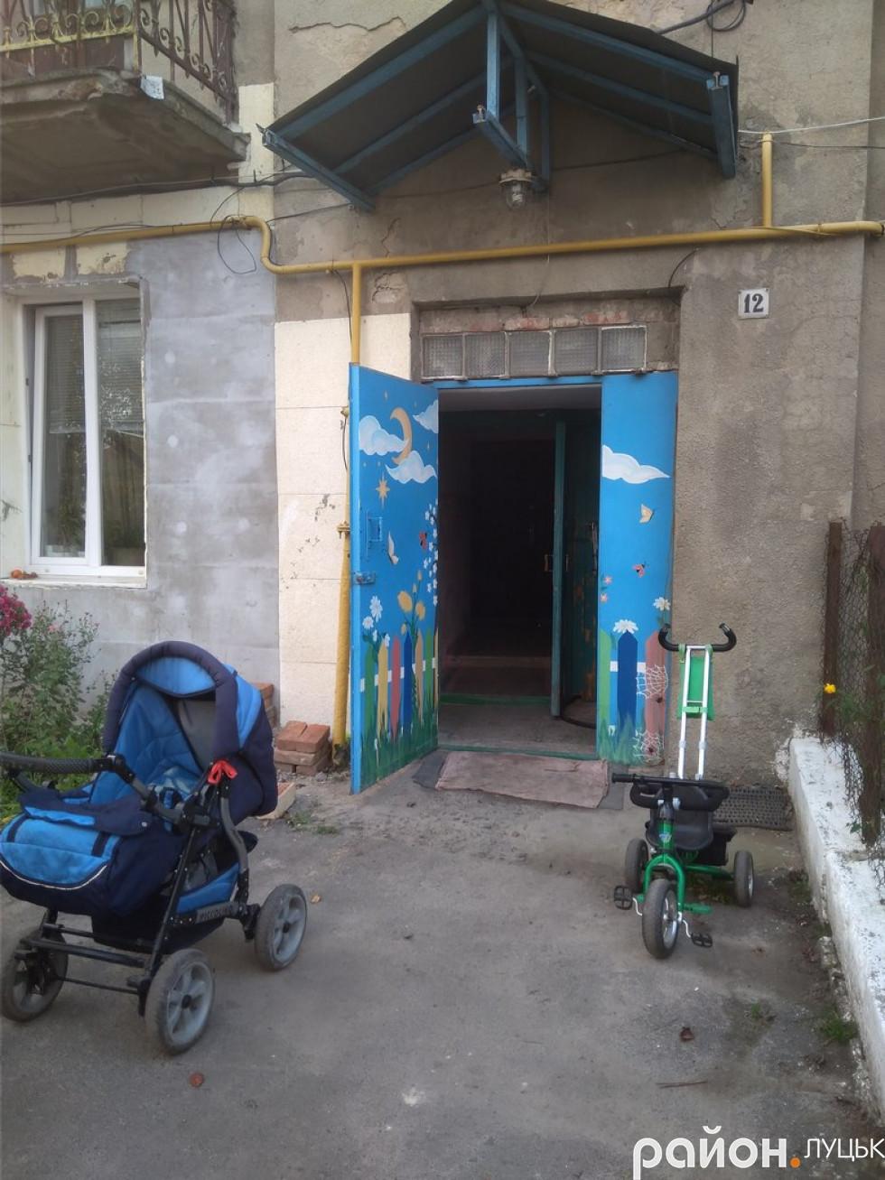 Вхід у будинок № 12