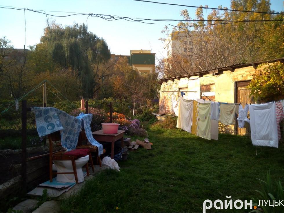 На подвір'ї луцького двора на Коцюбинського