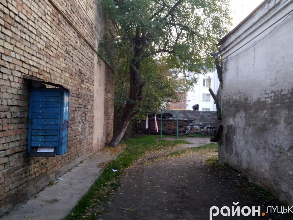 Ось таким є вхід двір на вулиці Кривий Вал
