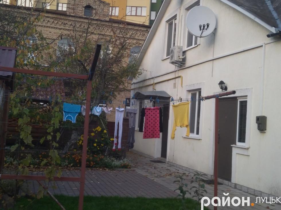 Ось так виглядають будинки у дворі