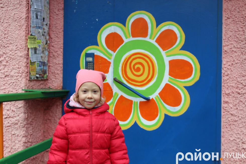Дівчинка, яка проживає в дворі на бульварі Дружби Народів