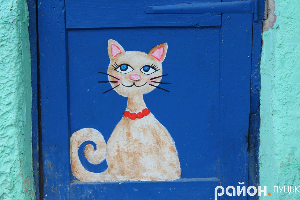 Такими цікавими малюнками прикрашені двері на будинках у дворі