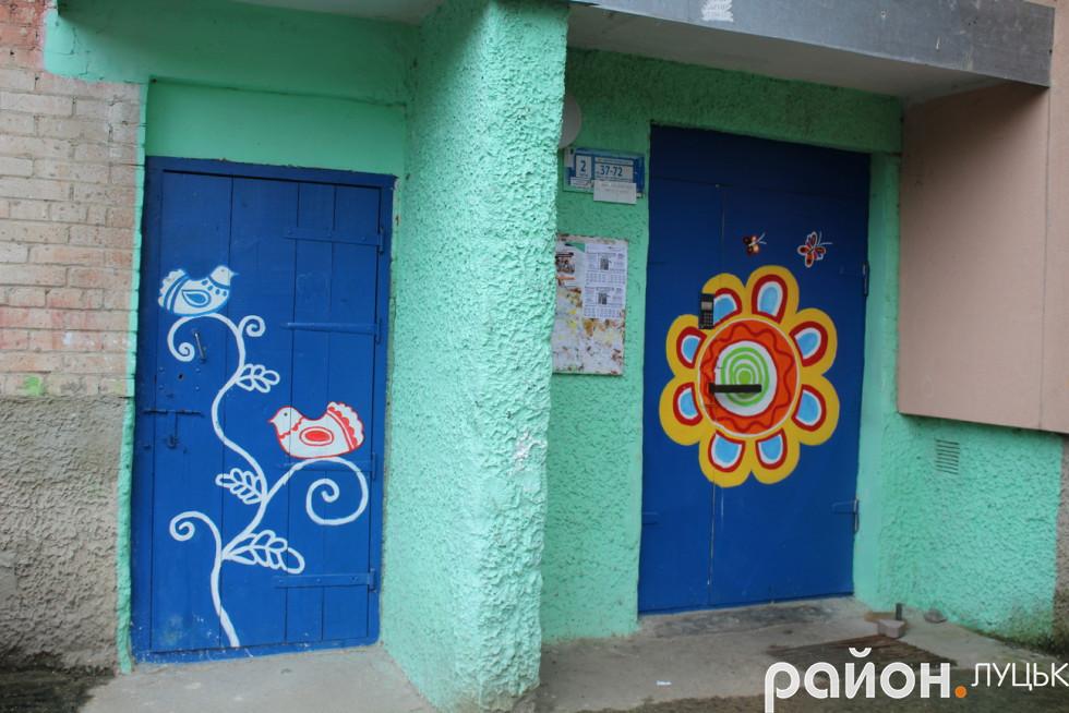 Майже на всіх вхідних дверях намальовані різнокольорові квіти