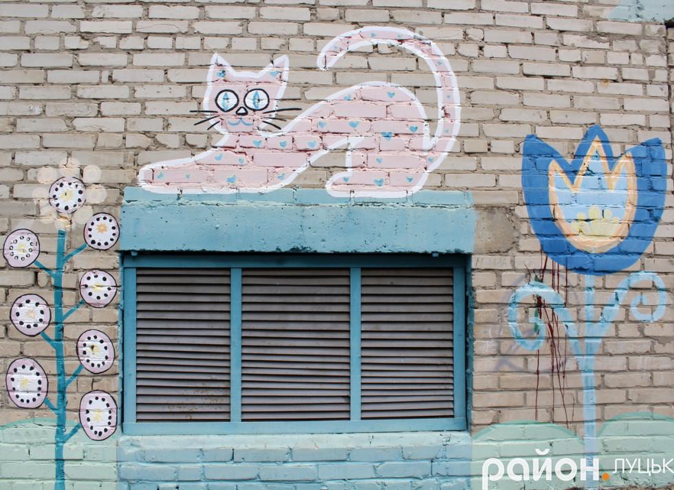 На стінах у дворі жителі намалювали кота і квіти