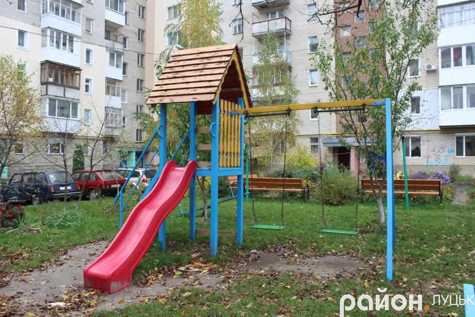 Дитячий майданчик у луцькому дворі