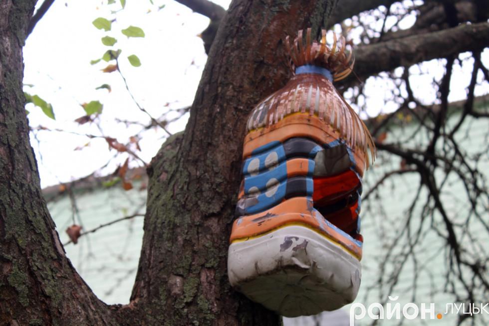 Годівничка з дерева, які робили мешканці