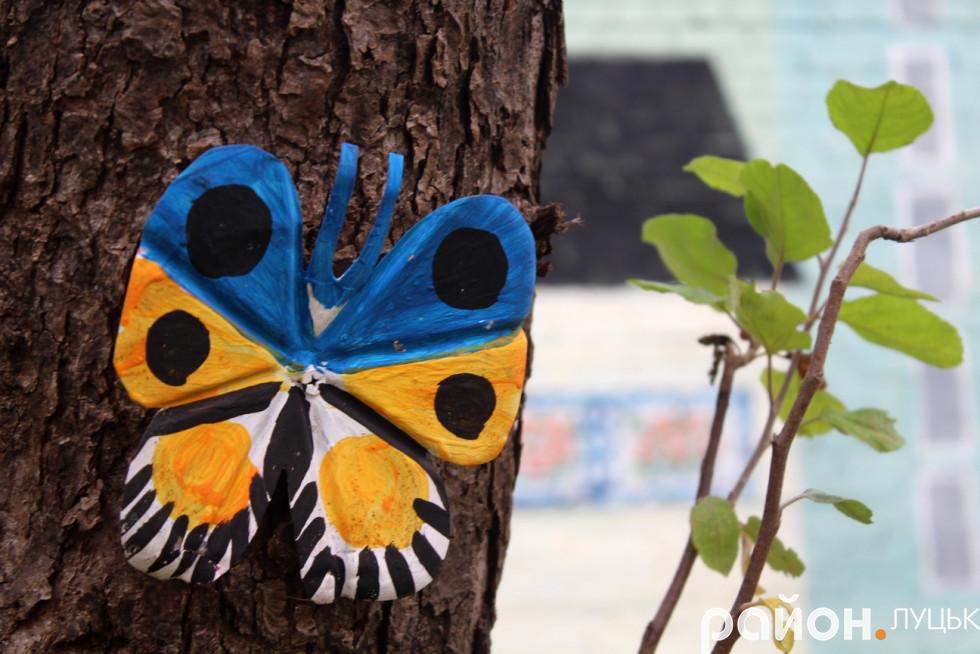 Метелик, якого розмістили на дереві