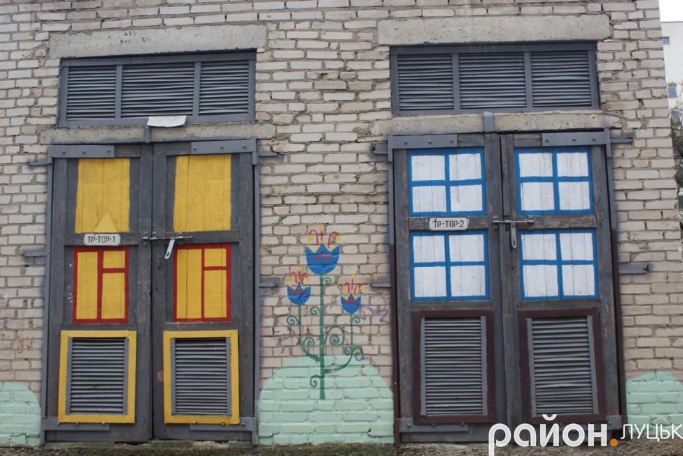 Неординарно прикрасили старі двері