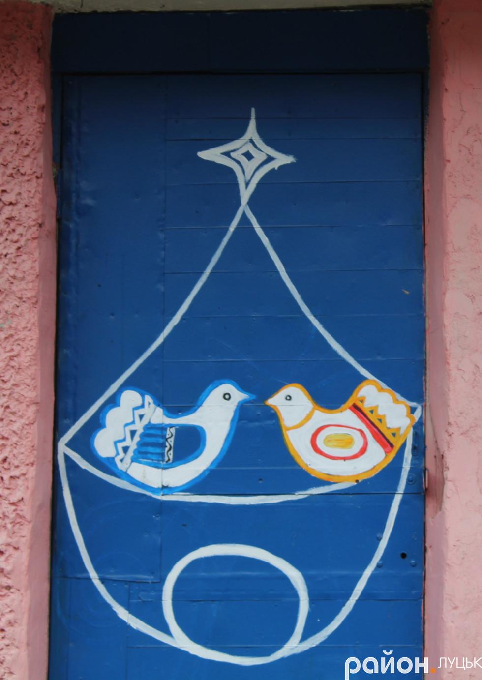 Мешканці будинків намалювали дві пташки на дверях