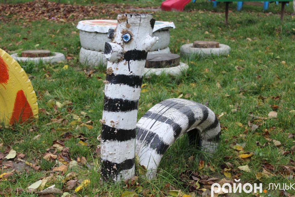 Неординарна зебра, яка живе в луцькому дворику