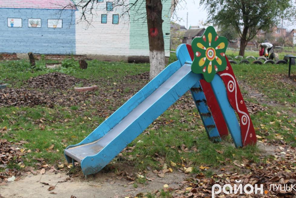 Дитяча гірка на території майданчика у дворі