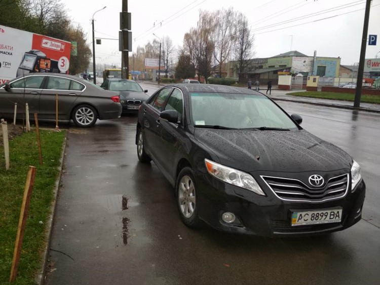 Три автомобілі припаркувались на тротуарі