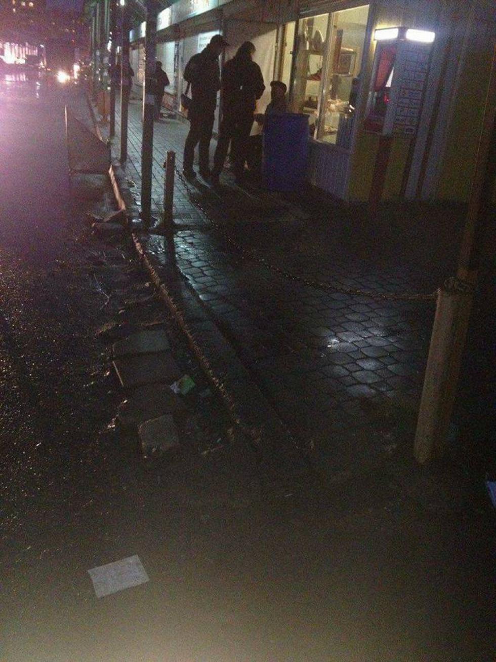Чоловік не помітив у темяві ланцюг, який відгорожує проїжджу частину від тротуару