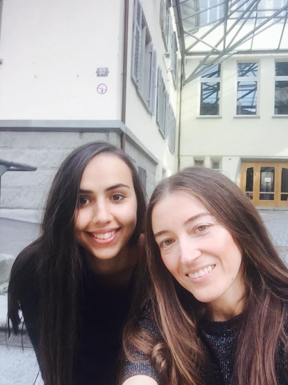 Юлія Марушко (справа) та її подруга Ліза (зліва) на фоні  школи Рудольфа Штайнера в Цюріху