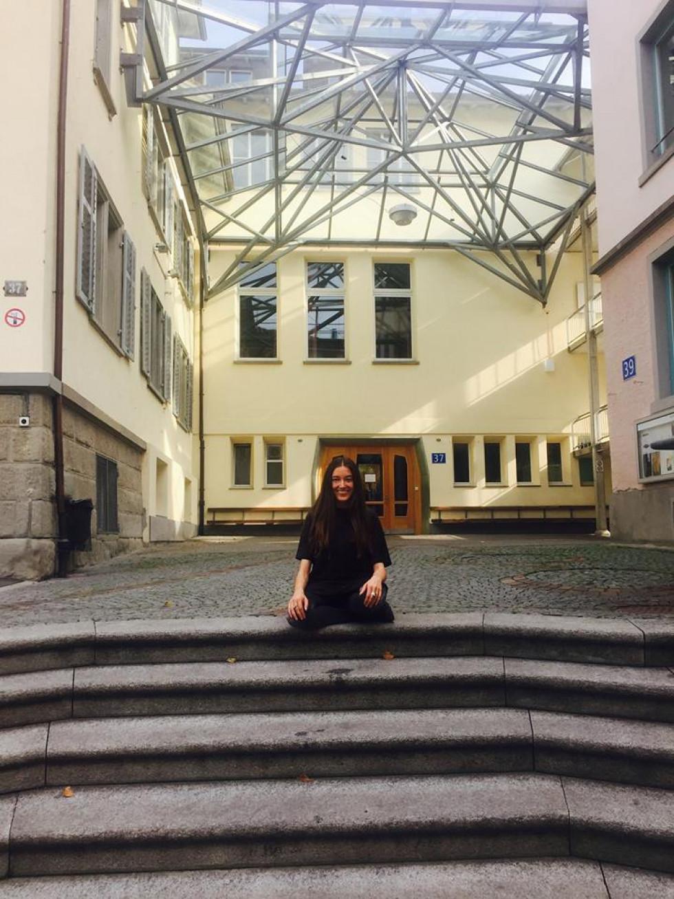 Юлія Марушко біля вальдорфської школи у Цюриху
