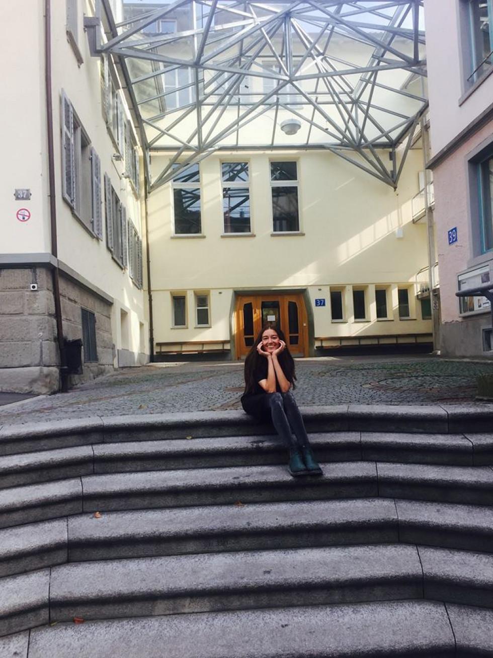 Юлія Марушко поряд із вальдорфською школою в Цюриху