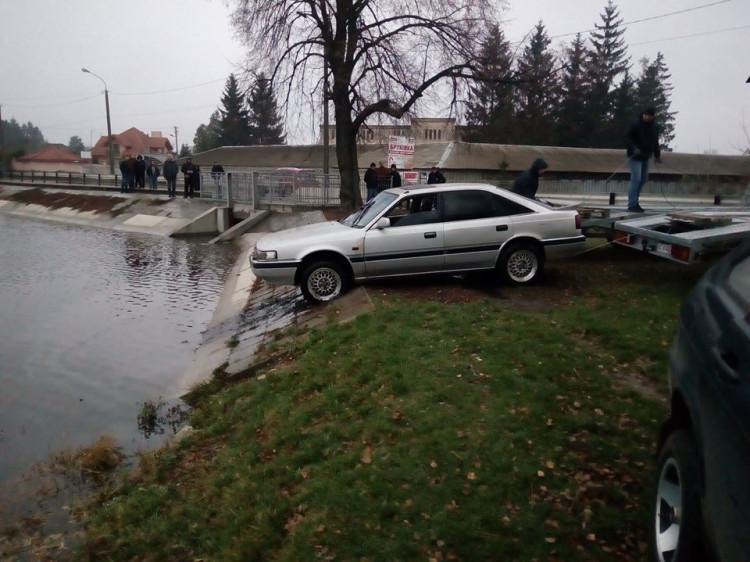 Автівка, яку витягли зі ставка