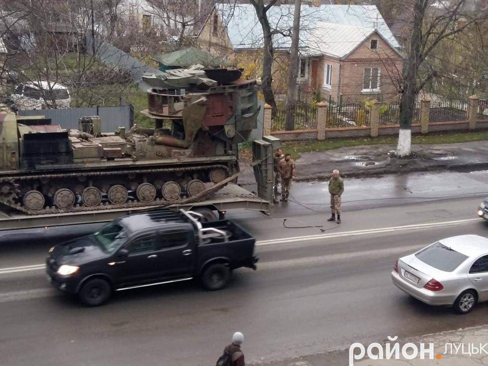 Військові оглядають місце інциденту