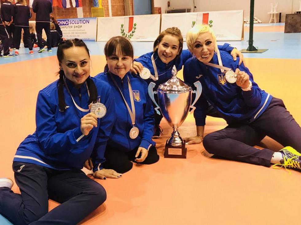 Луцька спортсменка святкує успіх з партнерками по збірній