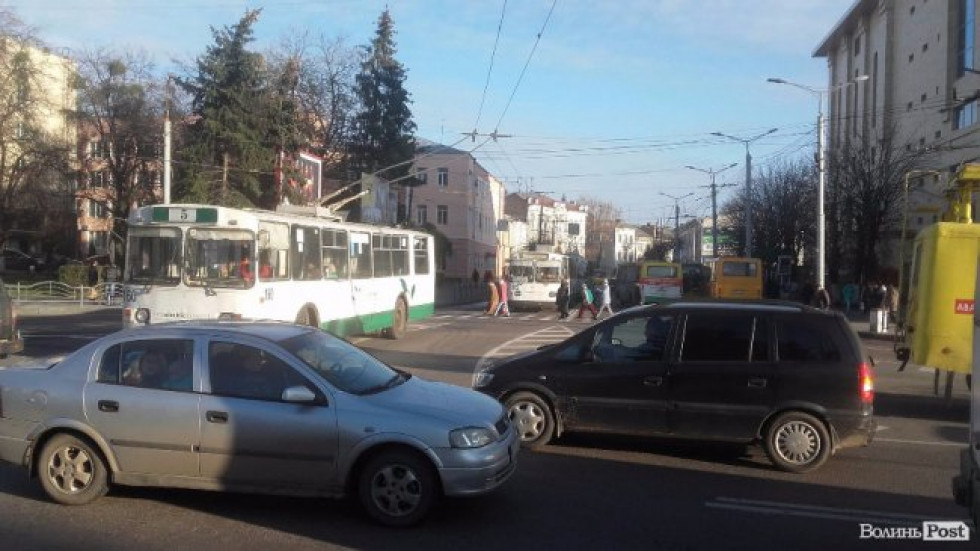 Рух транспорту вулицею Винниченка ускладнений