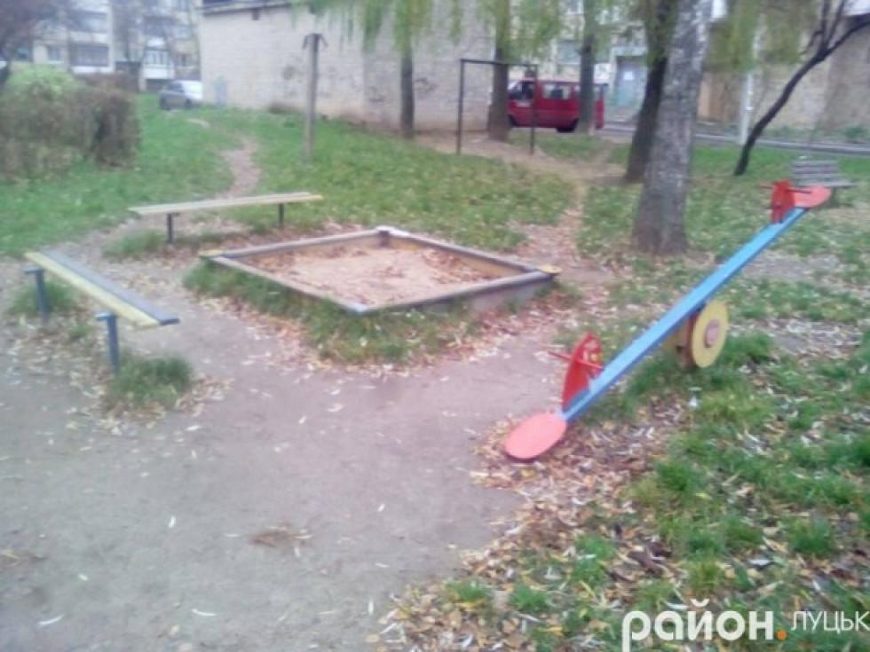 Дитячий майданчик біля будинку № 23